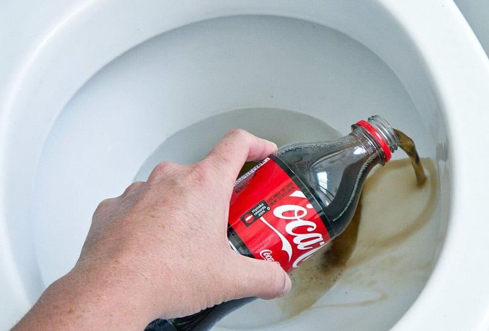 Coca Cola для чистки унитаза