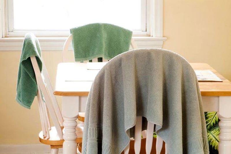 Полотенца на стульях