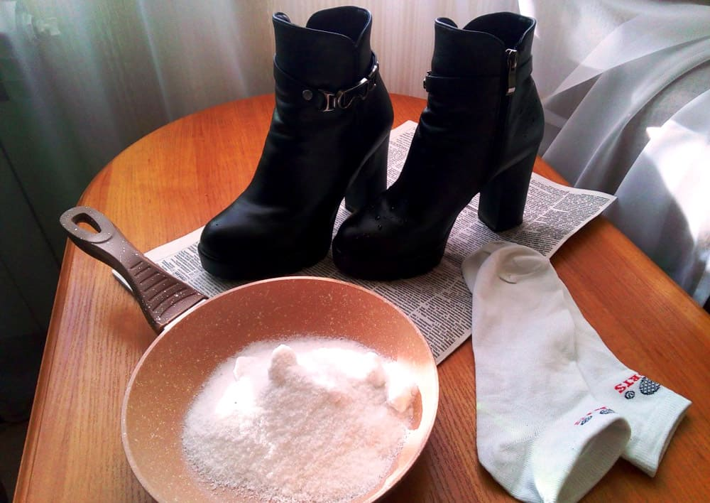 Использование соли для сушки обуви