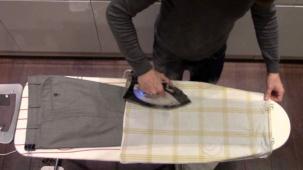 Убрать жвачку с одежды утюгом
