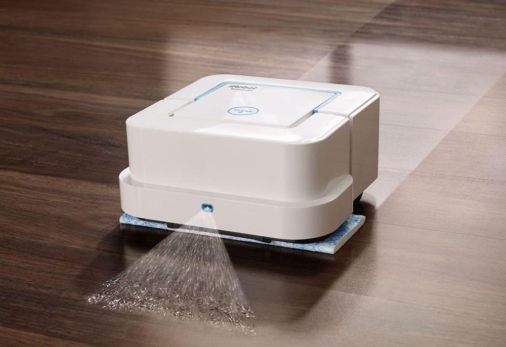 Робот распыляет воду