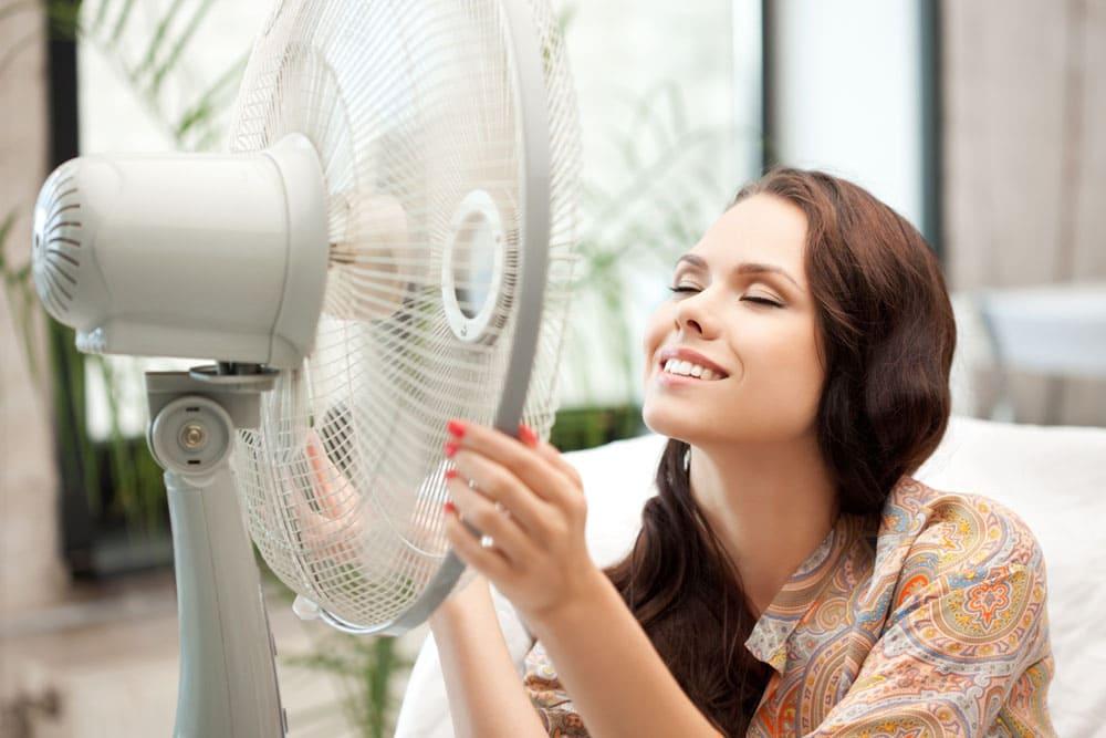 Девушка рядом с вентилятором