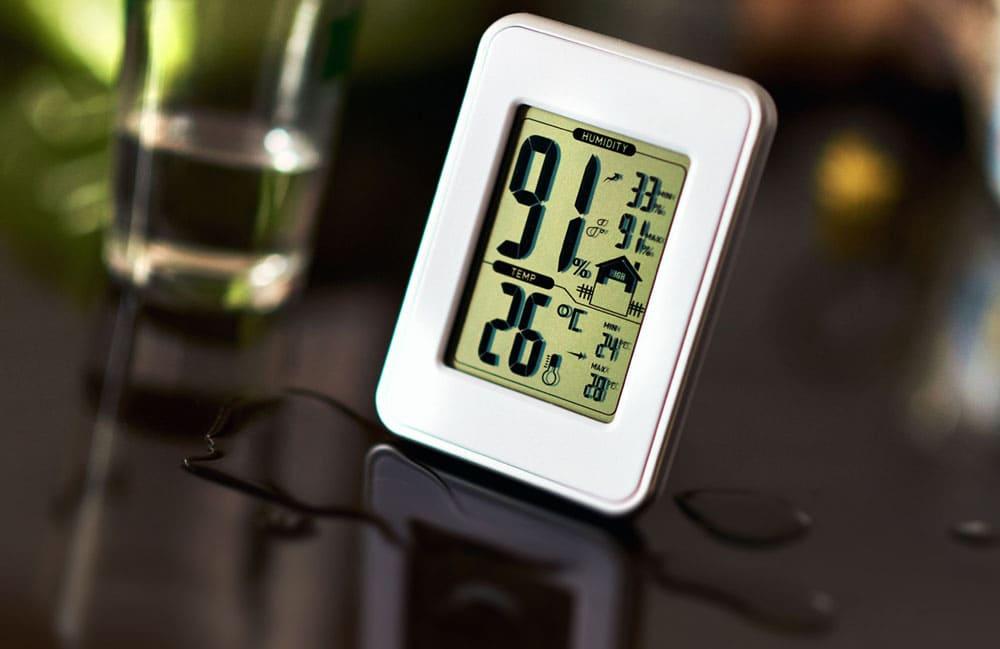 Гигрометр на столе