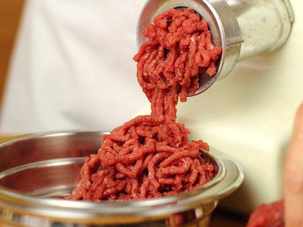 Приготовление фарша мясорубкой