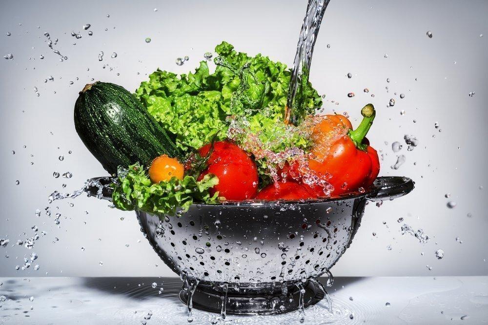 Мытье овощей в дуршлаге