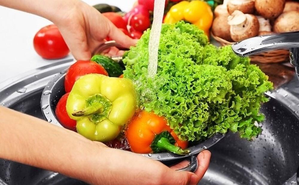 Овощи под струей воды