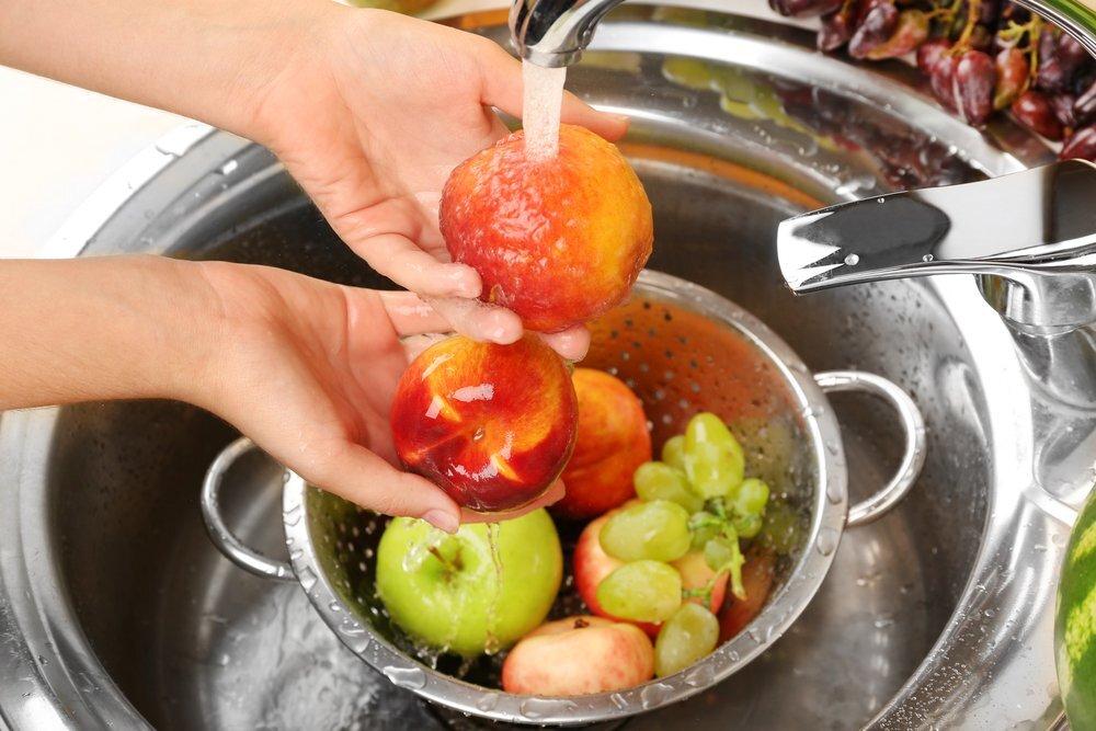 Правильно мыть фрукты