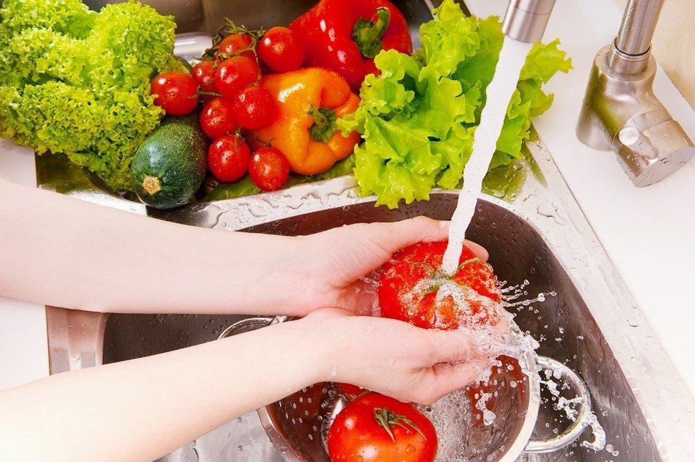 Правильно мыть помидоры